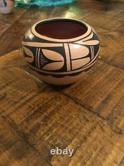 Carol grace Loretto c. G. Jemez Pueblo Native American pottery vase New Mexico