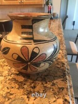 Santo Domingo Native American pueblo indian pottery 9 tall vase