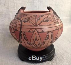 Zuni Native American Indian Pottery Peering Lizards Signed Peynetsa